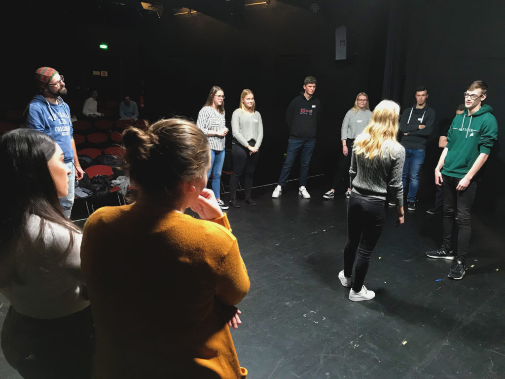 Ausbildung mal anders: Ein Workshop auf kleinen Bühne des Stadttheaters Flensburg war Teil der Azubi-KulTour.
