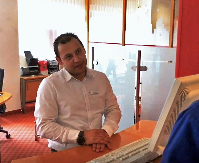 Eehab Hasan lernt Bankkaufmann bei der Nospa.