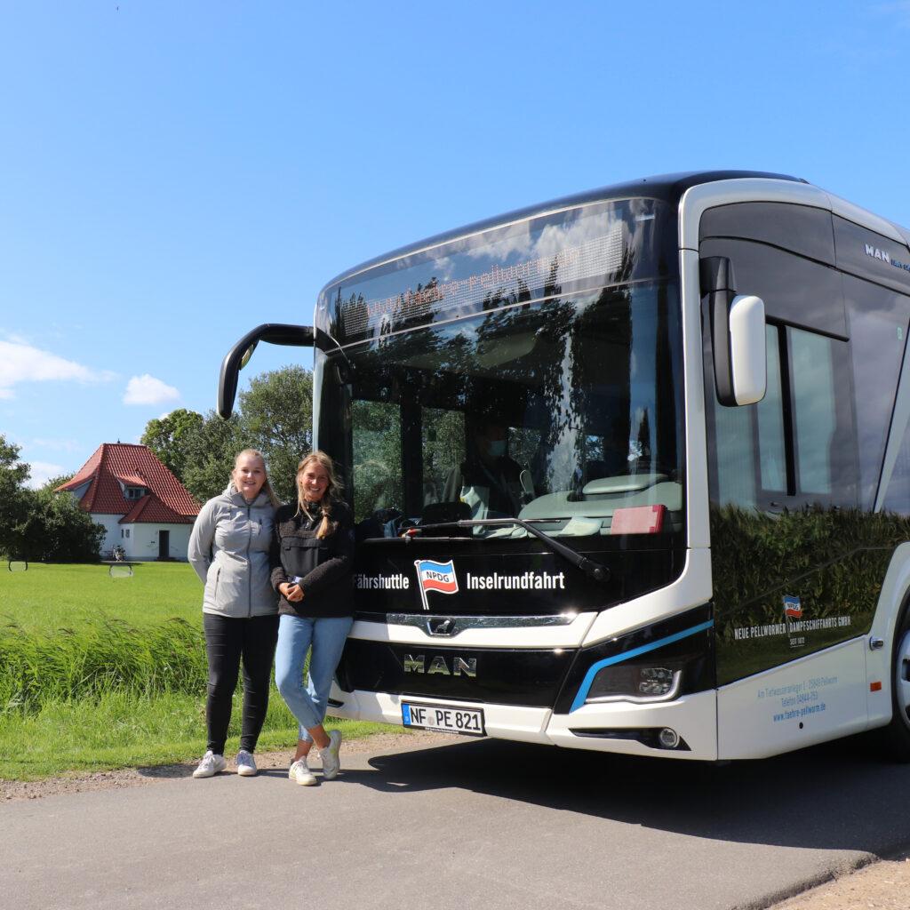 Celine und Aenne mit dem neuen E-Bus